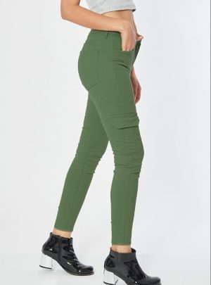 Jean cargo verde chupin elastizado tiro alto. Inquieta CH593
