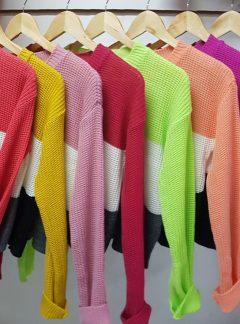 Sweater tricolor corto. Varios colores